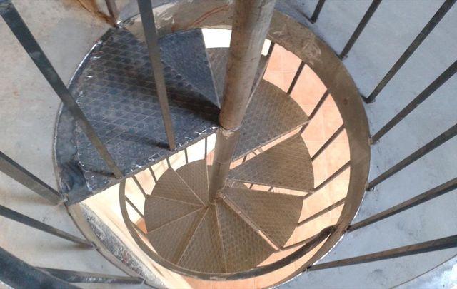 una scala a chiocciola vista dall'alto
