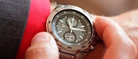 una mano che tiene la cassa di un orologio da polso