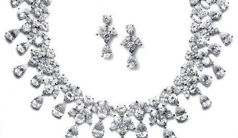 una collana e degli orecchini d'argento con diamanti