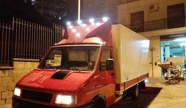 un camion da traslochi rosso con rimorchio bianco visto da davanti - Bella Sicilia Traslochi e Trasporti - Caltanissetta