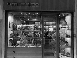 gioielli nella vetrina del punto vendita
