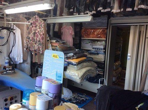 dei vestiti piegati e imballati in una tintoria