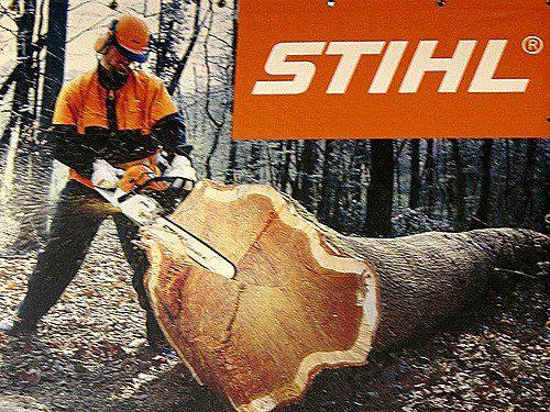 uomo che taglia albero con motosega stihl