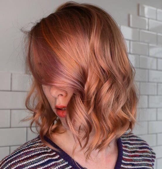 Una ragazza con i capelli tinti