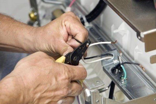 un tecnico taglio del filo con la taglierina