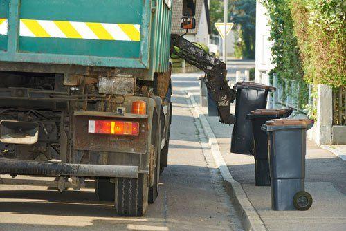 riciclaggio dei rifiuti dei rifiuti camion carico collettore comunale urbano e cestino