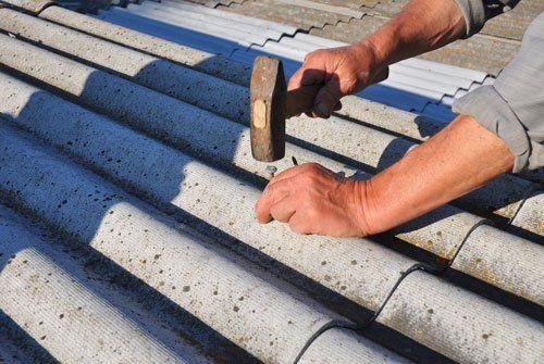 Riparare vecchie tegole di amianto pericoloso