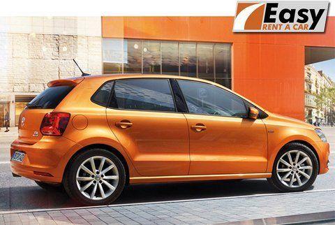 vista di una macchina arancia con insegna scritta EASY RENT CAR
