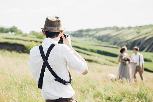 Uomo prendendo una fotografia di una coppia