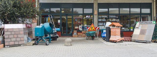 assortimento prodotti per l`ediliza all`esterno del negozio