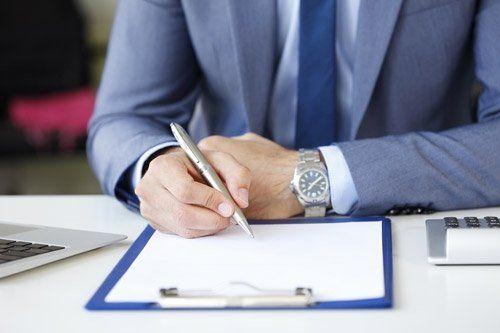 consulente scrive su un documento