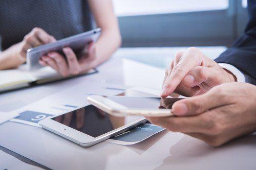 consulenti lavorano con tablet e smartphone