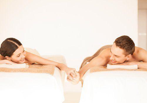 Coppia a godere di un massaggio insieme