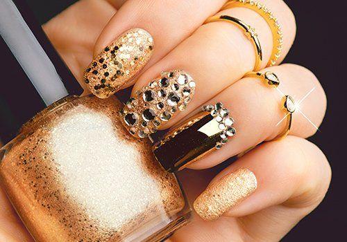 Manicure di progettazione per festa fatta in dorato,nero e lamelle di specchio per combinare con minuterie