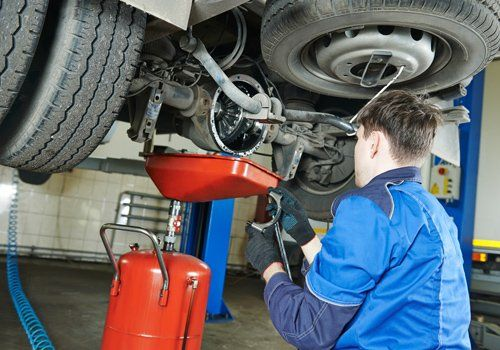 meccanico sta lavorando su una macchina