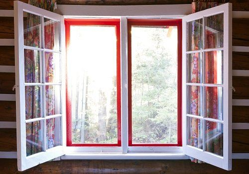 finestra aperta con infissi in legno