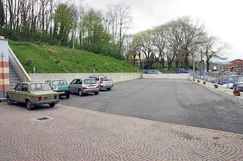 Vista del parcheggio con quattro macchine parcheggiate