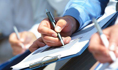 una mano con una penna e un rilievo di scrittura