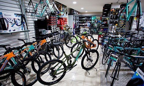 Varie bici da corsa in negozio