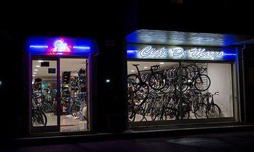 Negozio di biciclette di notte