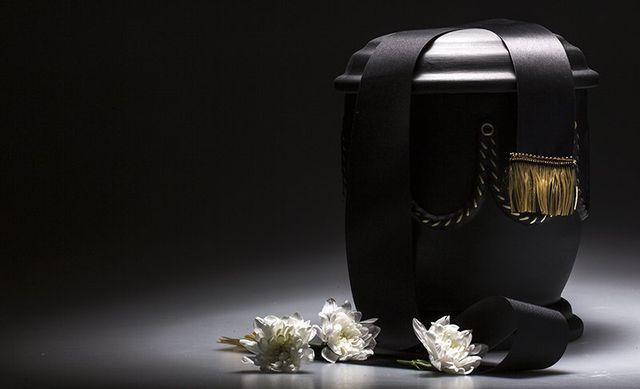 Urna nera e fiori bianchi