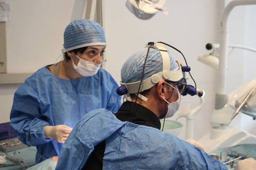 dentisti durante un intervento