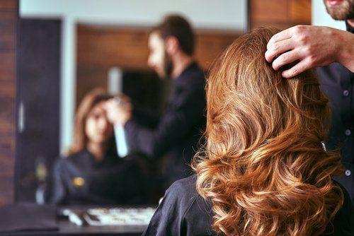 parrucchiere  che sistema i capelli