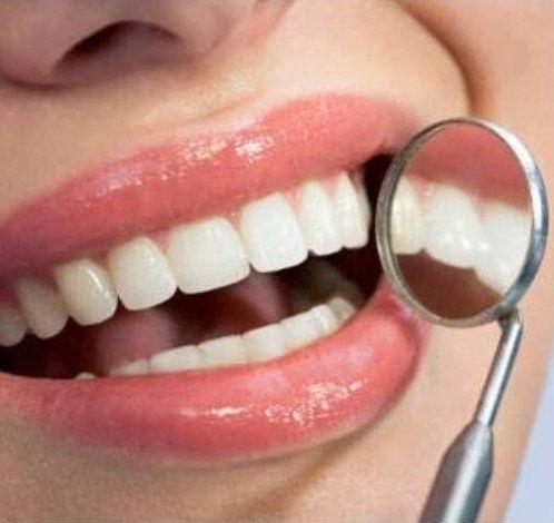 una bocca di una donna e uno spechietto