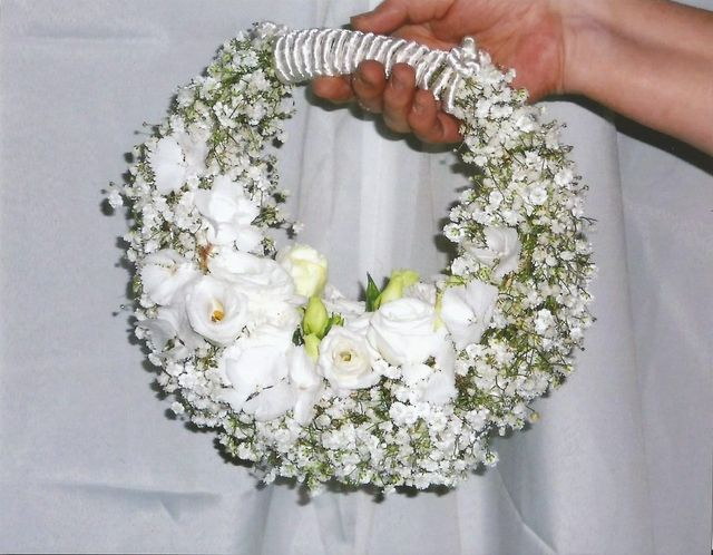 un bouquet di rose di color bianco