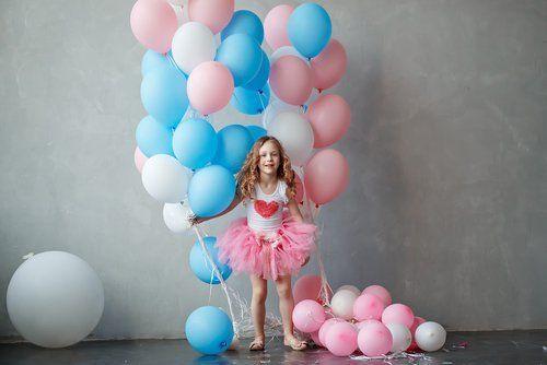 bambina mentre gioca con palloncini