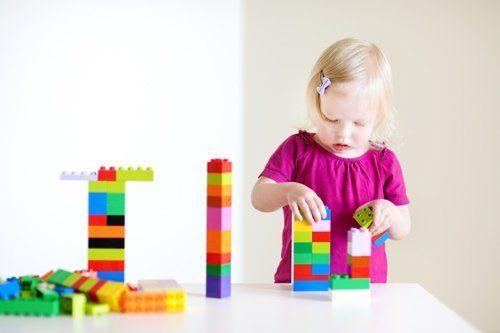 Bambina gioca con i mattoncini lego ad Aci Catena