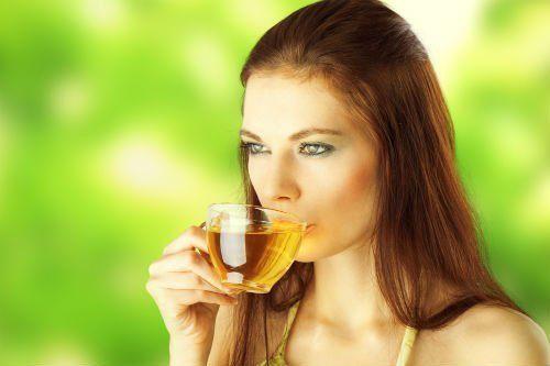 ragazza che beve una tisana