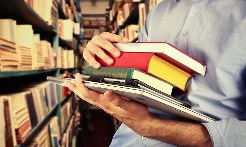 un ragazzo che prende dei libri in una libreria