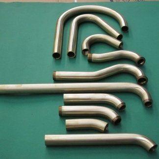 una serie di tubi in ferro curvati
