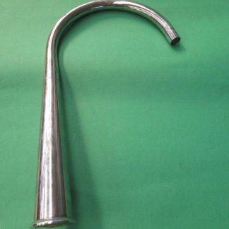 un rubinetto in acciaio alto e curvo