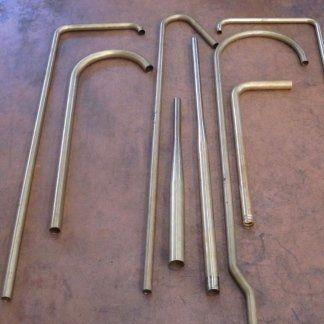 dei rubinetti lunghi e sottili in acciaio