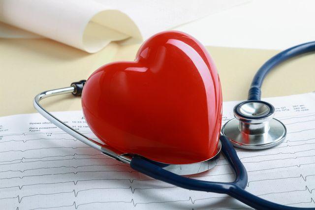 Uno stetoscopio e un cuore rosso