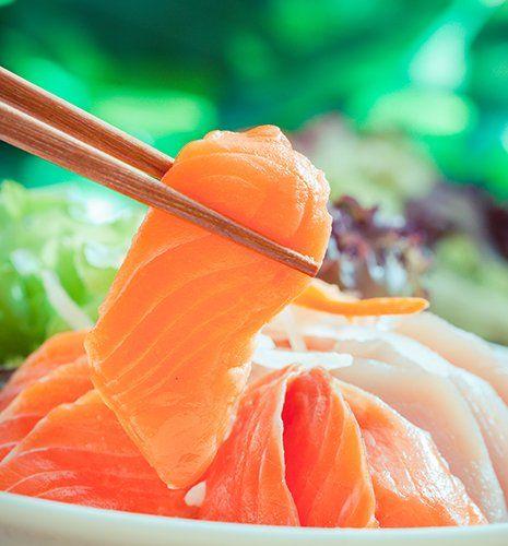 Un paio di bacchette con una fetta di salmone