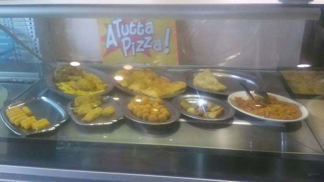 diversi tipi ti pizza in una vetrina