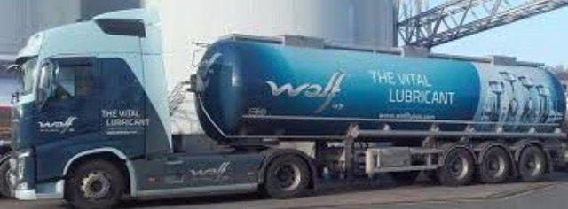 foto di un camion per trasporto lubrificanti auto
