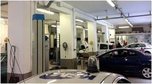 Autofficina con auto in riparazione