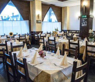 l'interno del ristorante con vista dei tavoli