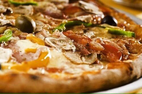 una pizza farcita vista da vicino