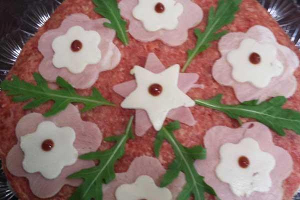 Salame tagliato a dischetti, prosciutto  cotto  e mozzarella tagliati a forma di stelle e a forma di nuvole a Sant'Antonio Abate, NA