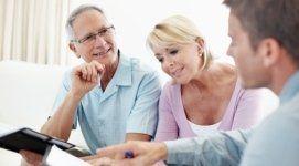 coppia di clienti, broker  assicurativo che spiega, copertura assicurativa globale