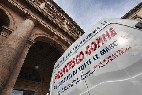 Furgoncino Francesco Gomme con sfondo di edifici storici di Firenze