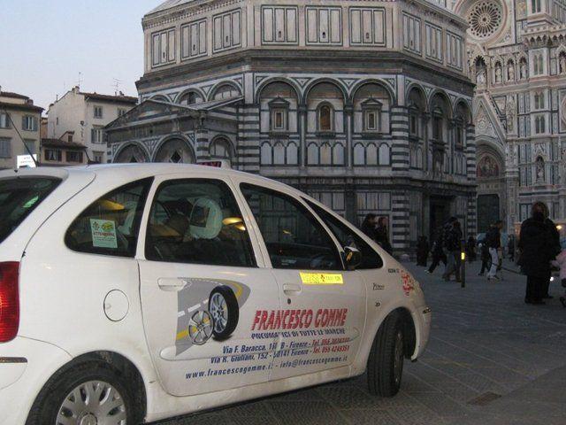 Auto bianca dell'azienda Francesco Gomme