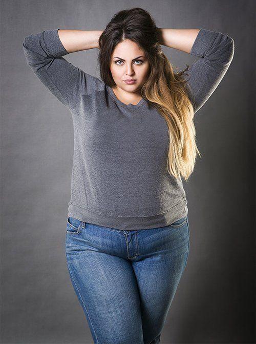 donna taglia forte in jeans e maglioncino