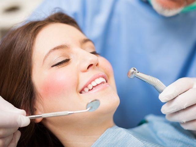una ragazza che sorride durante una visita odontoiatrica