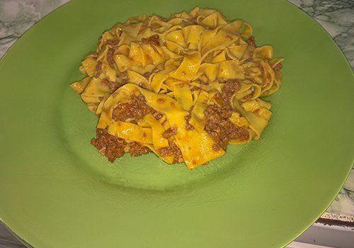 Prelibata pasta fatta a mano con salsa bolognese